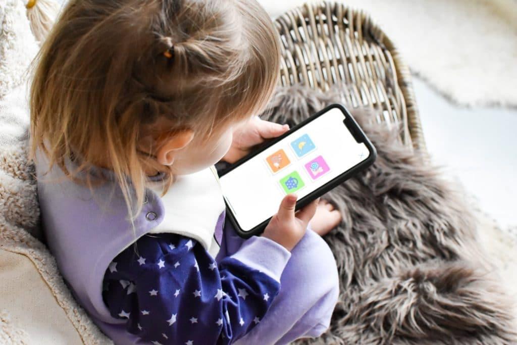 Cseppke applikációt néz egy kislány a Minimagon