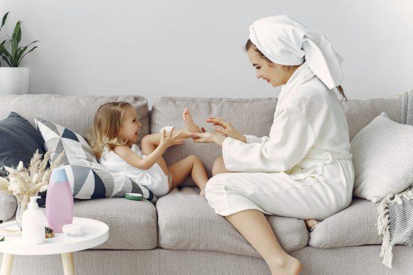 anya ápolja a kislány bőrét