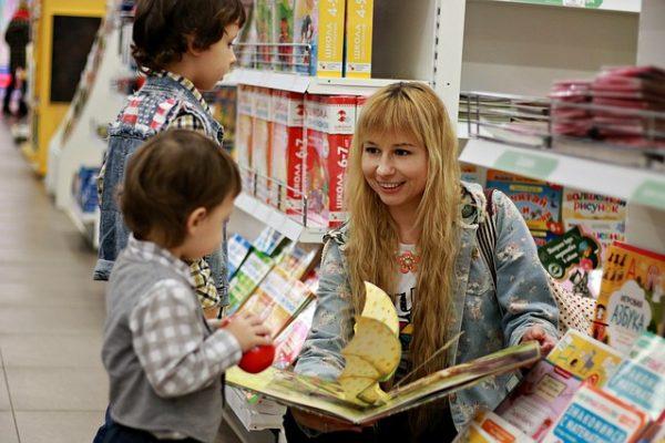 Gyerekkönyves bevásárlólista mesélő családok kedvenceiből válogatva