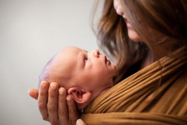 Anya egész nap nem csinál semmit a baba mellett?