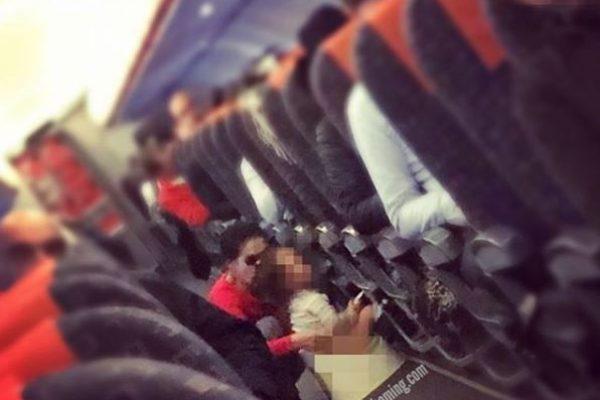 A repülő utasterének közepén vette elő gyerekének a bilit az anyuka – fotó