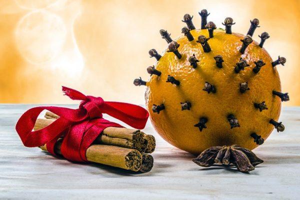 Így varázsolj karácsonyi illatot az otthonodba gyertya nélkül! - Csodaszép szegfűszeges narancs dekorációk