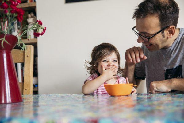 Több férfi otthon maradna a gyerekkel – ha megtehetné