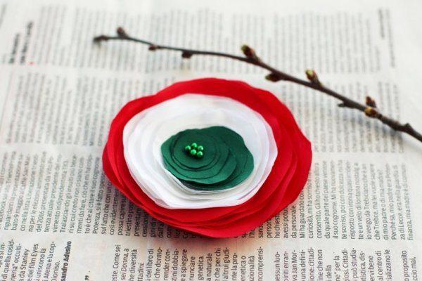 Így készíts kokárda virág kitűzőt textilből!