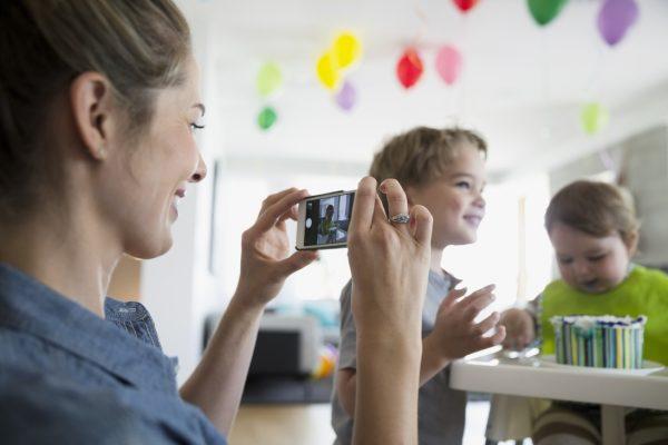 Kiposztolt gyerekkor: kiről szólnak ezek a képek?