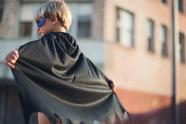 Szuperhőskosztümben harcol a szemét ellen a 4 éves kisfiú