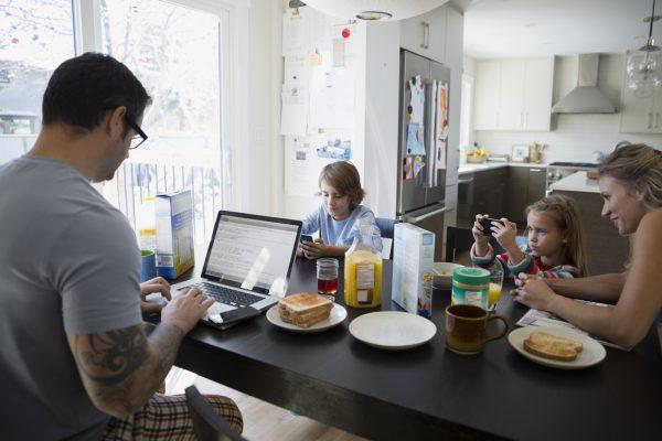 Családok a wifi fogságában – avagy így lehetsz elég jó digitális szülő