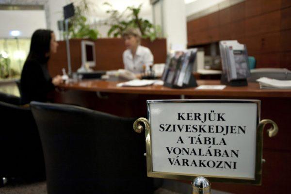 Budapest, 2011. december 2. Egy ügyfél intézi banki ügyeit az MKB Bank Váci utcai fiókjában, Budapesten. MTI Fotó: Marjai János
