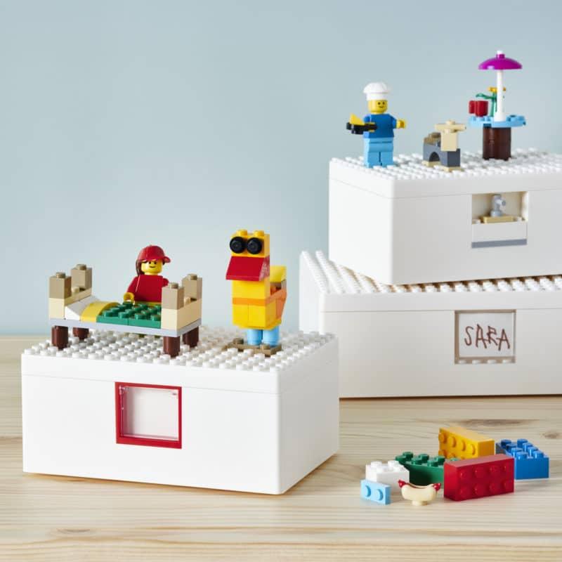 Az Ikea és a Lego nemrégiben bejelentette a Bygglek tárolódobozok érkezését, amelyek Lego elemekkel vannak felszerelve, így lehetővé teszik, hogy közvetlenül a felületükre építsék meg a gyerekek fantasztikus terveiket. Minden álmunk teljesül: tárolás és játék egy helyen.