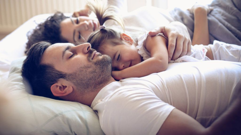 Gyerek a szülői ágyban – menjen vagy maradjon?