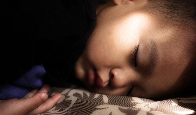 Hiperaktív vagy csak nem alszik jól? Kísértetiesen hasonlóak a tünetek