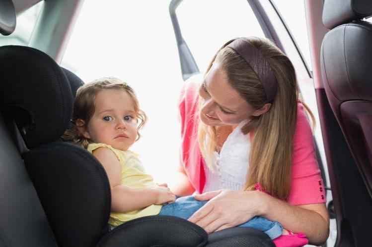 Rázáródott a kisbabára a kocsiajtó a kánikulában