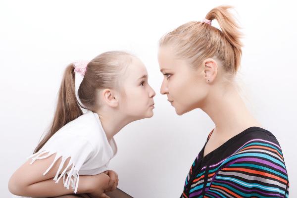 kislény mérges az anyukájára